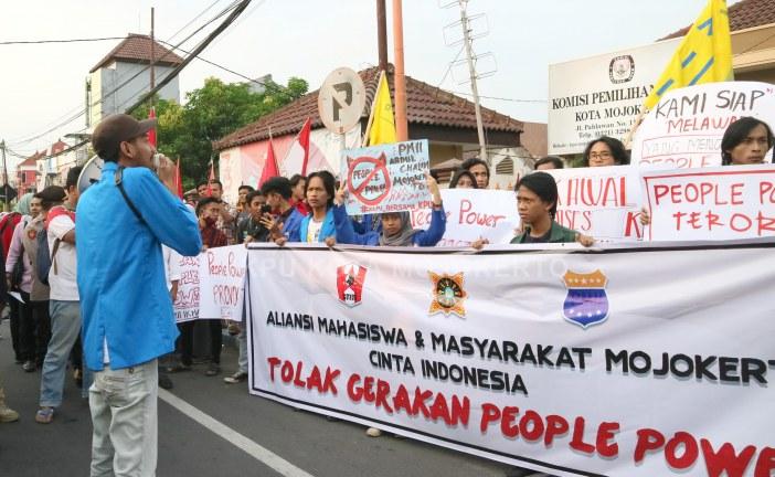 Tolak Gerakan People Power, Aliansi Mahasiswa Mojokerto Gelar Aksi Damai Di Depan Kantor KPU Kota Mojokerto