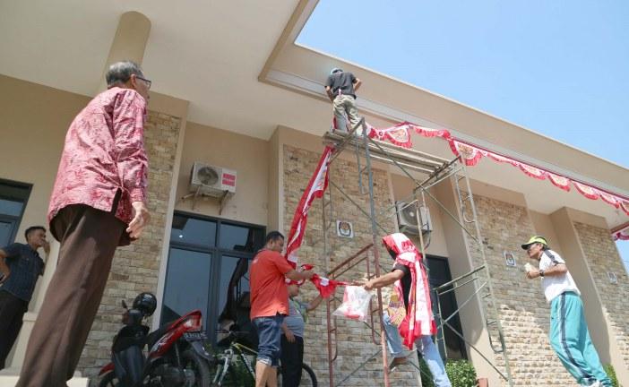Sambut HUT RI, KPU Kota Mojokerto Lakukan Pemasangan Hiasan Bendera Merah Putih