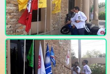 Pemasangan Bendera Parpol  Peserta Pemilu 2019 di Halaman Kantor KPU Kota Mojokerto