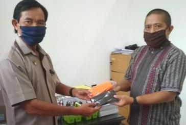 Cegah Penularan Covid-19, KPU Kota Mojokerto Bagikan Masker kepada Pegawainya